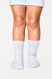 Witte sokken voor kinderen in de studio