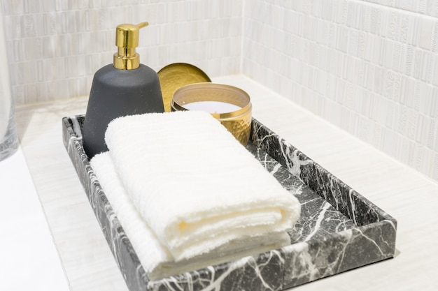 Witte spahanddoeken op wasbakgootsteen in hotelbadkamer