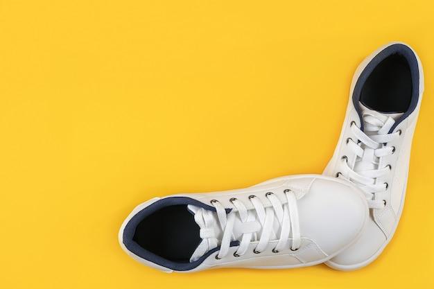 Witte sportschoenen, sneakers met schoenveters