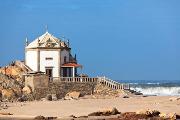Witte stenen kapel op een kust van portugal