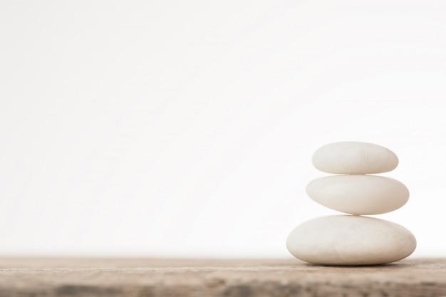 Witte stenen op houten tafel