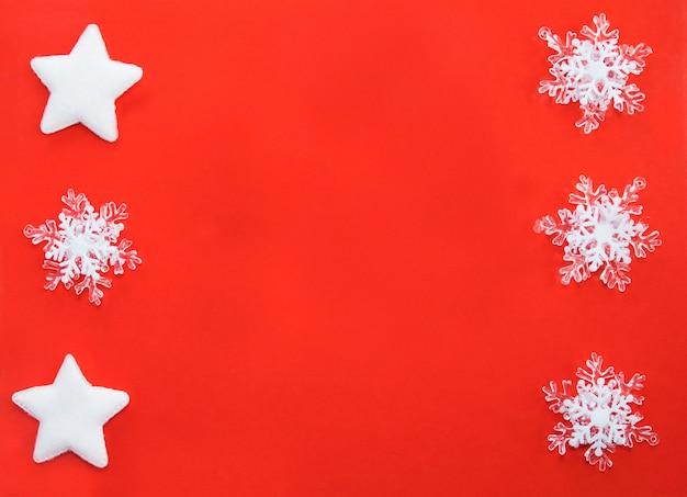 Witte sterren en sneeuwvlokdecor op een rode achtergrond.