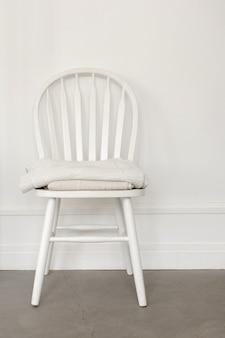 Witte stoel op muurachtergrond