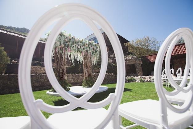 Witte stoel versieren voor huwelijksceremonie