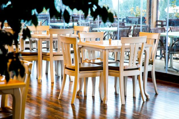 Witte stoelen en tafels in café