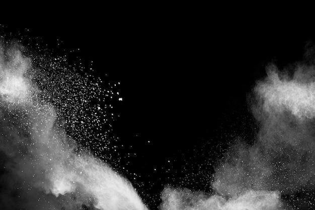 Witte stofdeeltjes ademen uit in de lucht.
