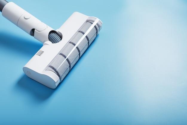 Witte stofzuigerborstel op een blauwe achtergrond bovenaanzicht reinigingsconcept