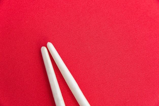 Witte stokjes op de rode tafel
