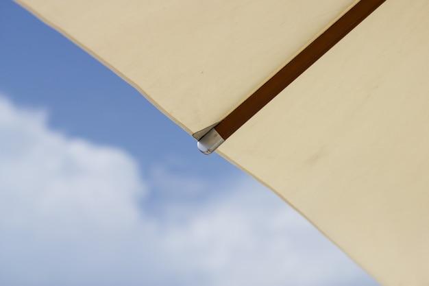 Witte strandparasol. sluit omhoog witte paraplu en parapluribben. vakantie concept.