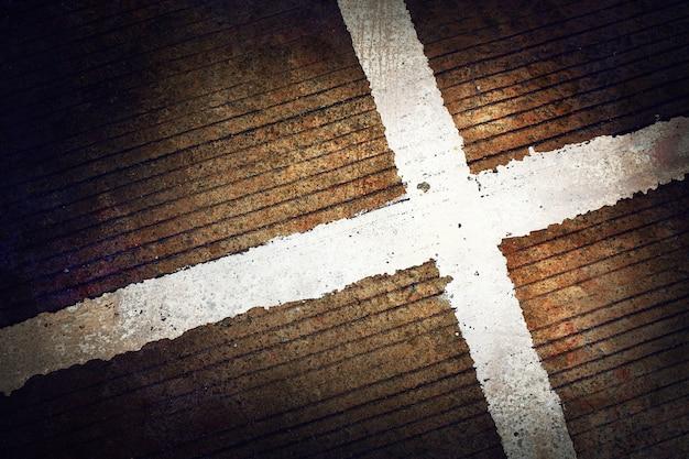 Witte strepen op oude betonwegachtergrond met donkere gestemde kleur en vignet. grunge achtergrond.