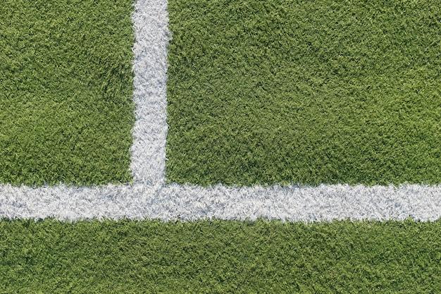 Witte strook in het veld voor voetbal. groene textuur van een voetbal-, volleybal- en basketbalveld