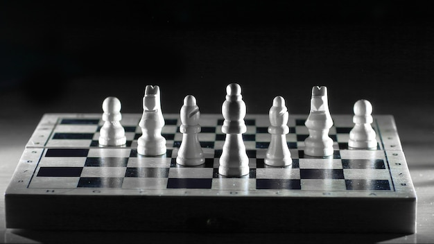 Witte stukken op een chessboard.photo met kopie ruimte.