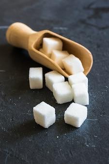 Witte suiker in lepel