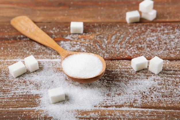 Witte suiker op tafel op een lichte achtergrond close-up