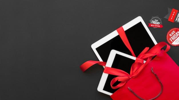 Witte tabletten met rode linten in pakket tussen etiketten