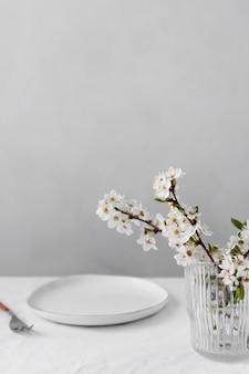 Witte tafel voor een heerlijk maaltijdarrangement