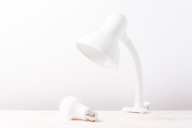 Witte tafellamp op houten tafel