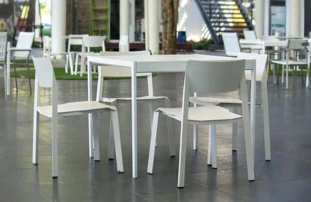 Witte tafels en witte stoelen.
