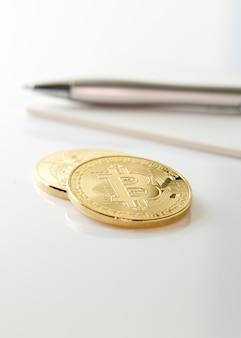 Witte tafelwerkruimte met bitcoin en koffiekopje. financieel concept