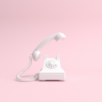 Witte telefoon op roze achtergrond
