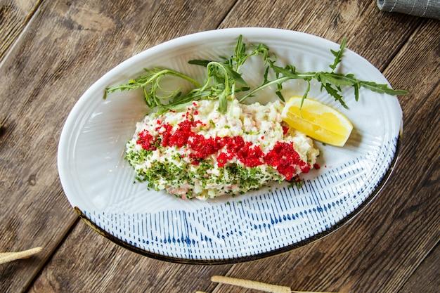 Witte tobiko van de salade rode kaviaar en groene ui