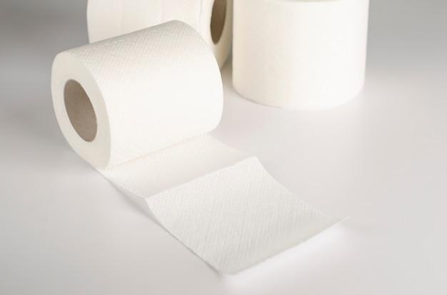 Witte toiletpapierbroodjes op wit.