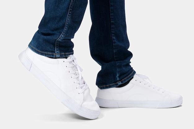 Witte trainingssneakers unisex sportkleding fashion shoot