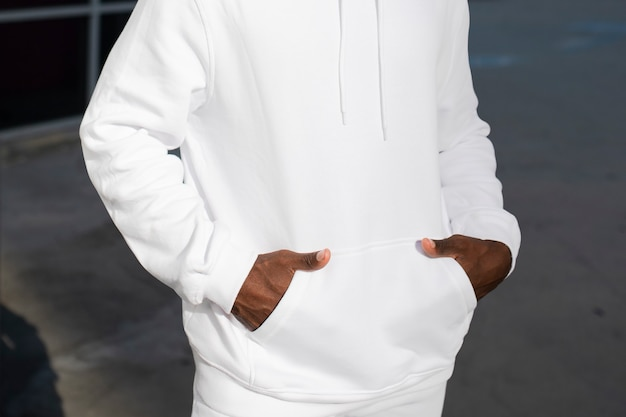 Witte trendy hoodie streetstyle herenmode fashion shoot