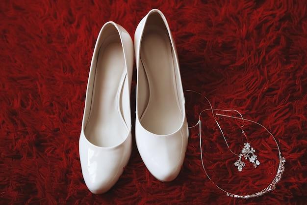 Witte trouwschoenen op bed