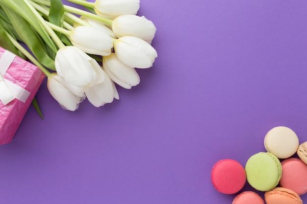 Witte tulp bloemen en snoep bovenaanzicht