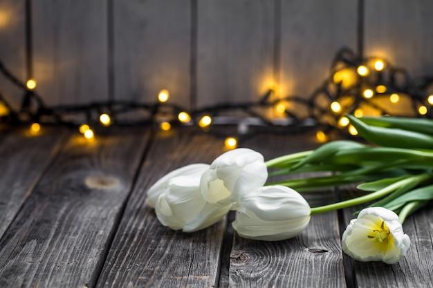 Witte tulpen op houten tafel