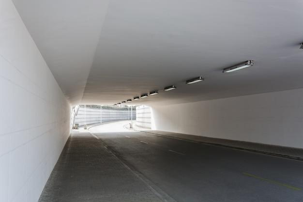 Witte tunnel met een bocht in de verte