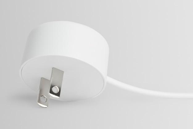 Witte twee-pins stekker voor huiselektronica
