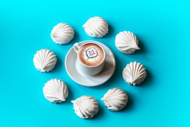 Witte vanille marshmallows gerangschikt in een cirkel op een blauw