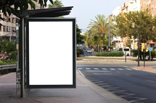 Witte verfrommelde postersjabloon gedraaide papieren spot lege tarwepasta op de getextureerde muur een em