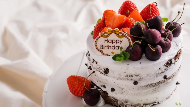 Witte verjaardagstaart met verse aardbeien