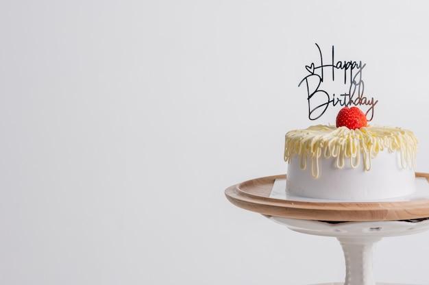 Witte verjaardagstaart over lichtgrijs. voedsel concept verjaardag achtergrond.