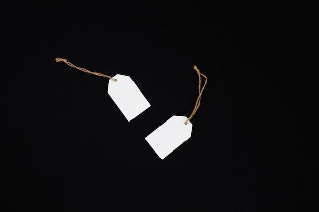 Witte verkoop tag op zwart papier. zwarte vrijdag.