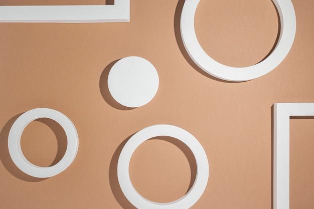 Witte vierkante geometrische presentatiepodia op bruine achtergrond. bovenaanzicht, plat gelegd.