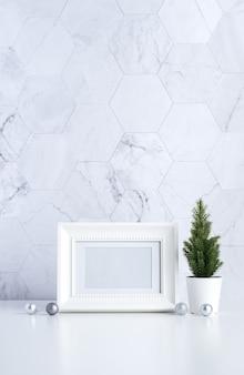 Witte vintage fotolijst met kerstboom, dennenappel en decor xmas bal op witte tafel