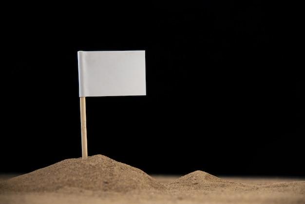 Witte vlag op maan op het donkere oppervlak
