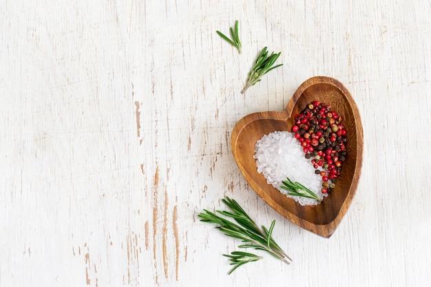 Witte voedselachtergrond met olijfolie, verse aromatische kruiden en specerijen
