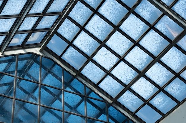 Witte vogelpoep, vogelpoep op een glazen dak