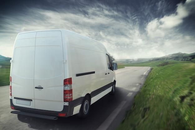Witte vrachtwagen op de weg met het natuurlijke landschap. 3d-weergave