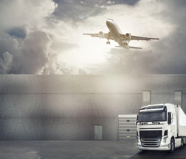 Witte vrachtwagen op het voorplein van een uitwisselingshaven klaar om de goederen te laden en de bestemming te bereiken.