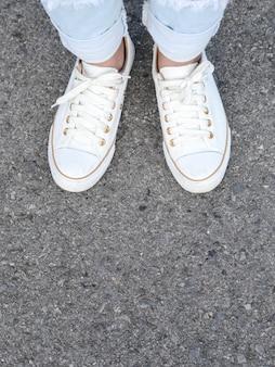 Witte vrijetijdsschoenen die beslissing nemen