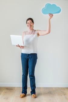 Witte vrouw met behulp van computer cloud-netwerk