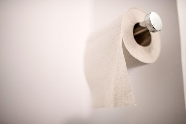 Witte wc-papierrol in de kast