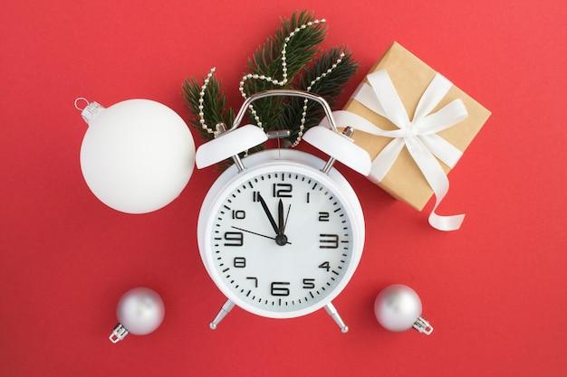 Witte wekker en kerstmissamenstelling