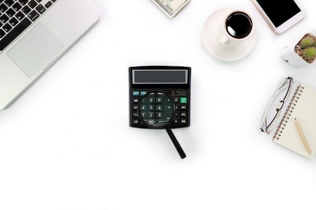 Witte werkruimte met laptop en rekenmachine